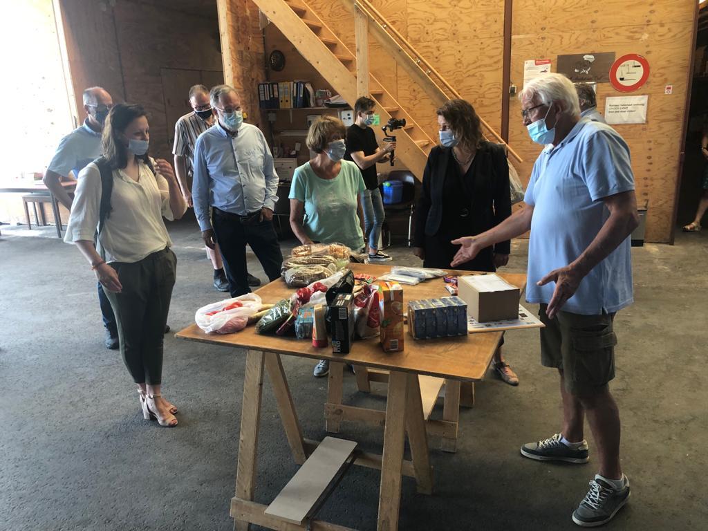 Vrijwilliger/distributiemanager Ad Spliet geeft in zijn rondleiding door de distributieloods een toelichting op de inhoud van een wekelijks voedselpakket