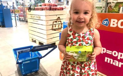 Driejarige Alicia van Berkel steunt AH-Voedselbankactie zeer gemotiveerd